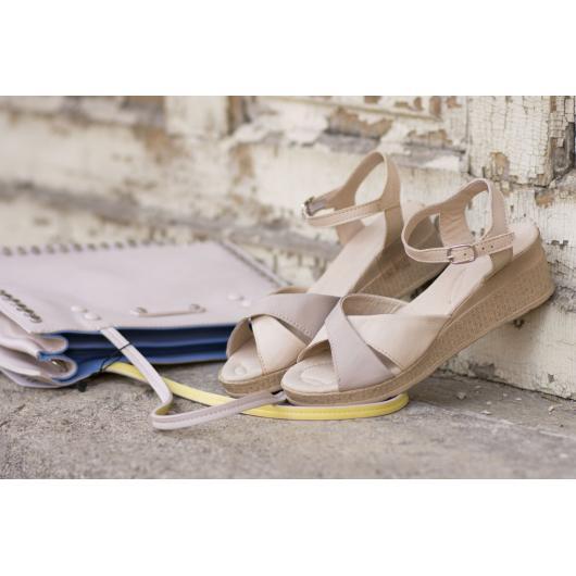 Бежови дамски ежедневни сандали 240